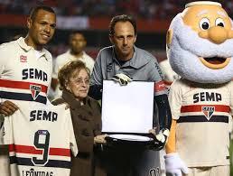Dona Albertina Santos emocionada, recebeu mais uma homenagem do SPFC, para o eterno Leônidas da Silva.